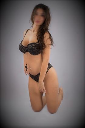 Mooie brunette Scarlett met grote borsten